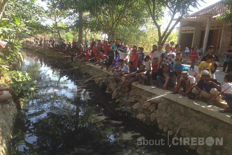Peringati HUT RI, Warga Japura Kidul Bersihkan Sungai untuk Pemancingan Lele