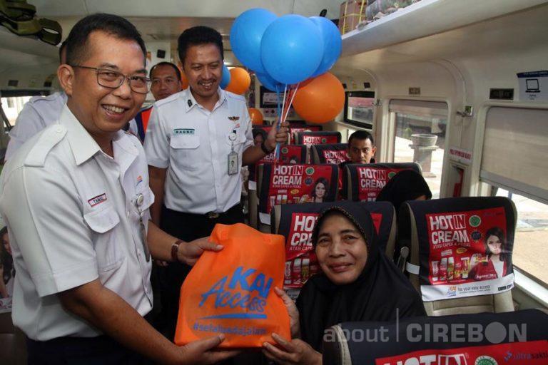 Hari Pelanggan Nasional, Daop 3 Cirebon Bagi-Bagi Goodie Bag dan Balon Kepada Penumpang