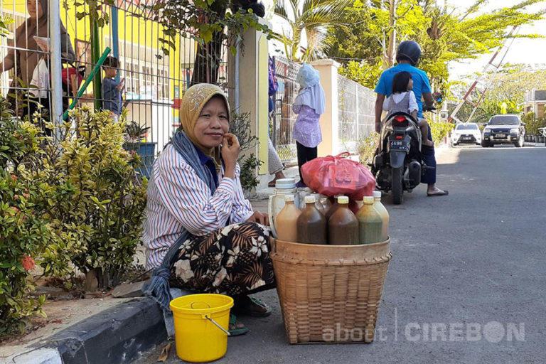 Kisah Penjual Jamu Gendong Mengantarkan Kesuksesan Ketiga Anaknya Menjadi Sarjana