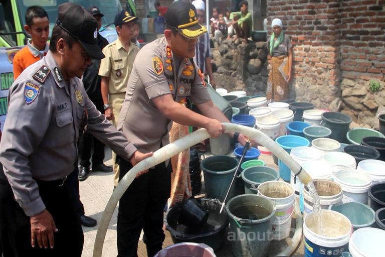 Polres Cirebon Kota dan Komunitas Fortuner Berikan Bantuan Air Bersih di Argasunya