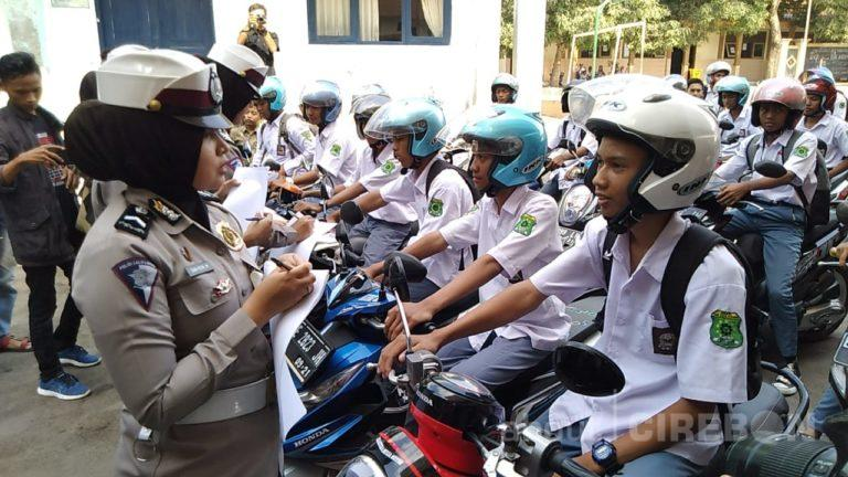 Edukasi Para Pelajar, Sat Lantas Polres Cirebon Lakukan Pendataan Kendaraan di Sekolah