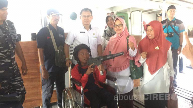 Senangnya Anak-anak Disabilitas Mengunjungi KRI Teluk Cirebon 543 di Pelabuhan Cirebon