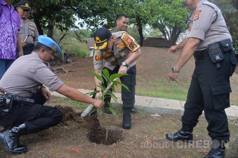 Polres Cirebon Kota Tanam Bibit Pohon Mangga di Goa Sunyaragi