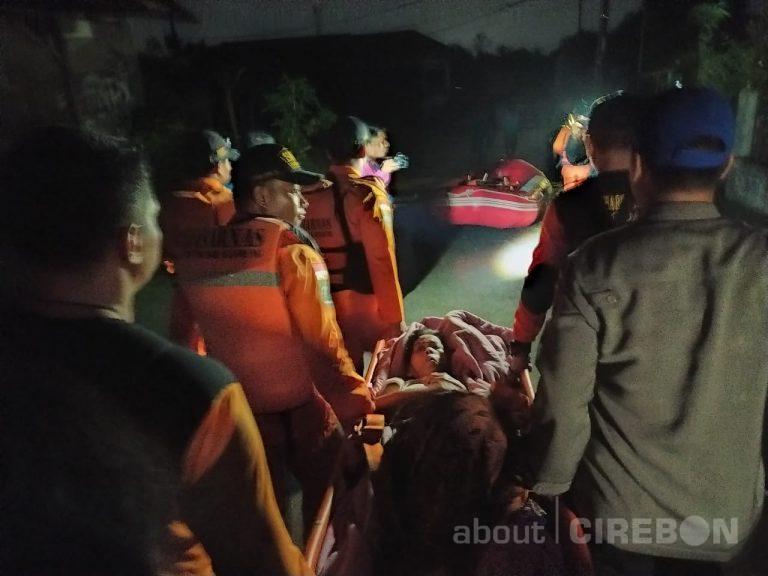 Korban Banjir Cirebon, Nenek Ini Ditandu Untuk Dievakuasi