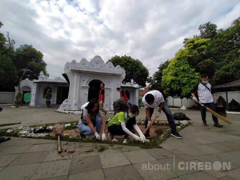 Ratusan Karyawan Hotel Cirebon Lakukan Bersih-Bersih Keraton Kasepuhan