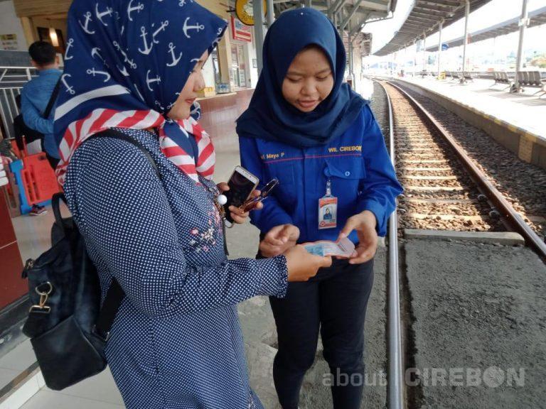 Komunitas Pecinta Kereta Api, Railfans Menjadi Sukarelawan Saat Libur Nataru di Daop 3 Cirebon