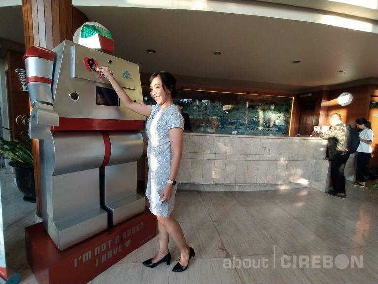 Menuju Industri 4.0, Bentani Hotel Cirebon Ciptakan Robot yang Dapat Keluar Voucher