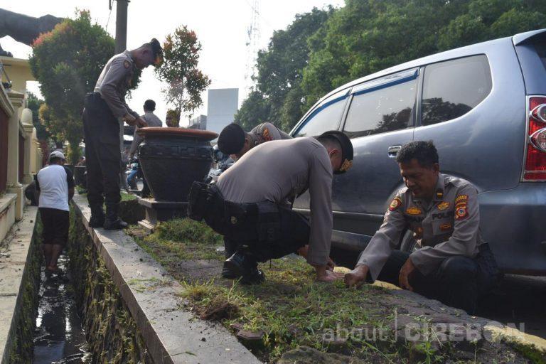 Tangkal Virus Corona, Personil Polresta Cirebon Bersihkan Lingkungan Kantor