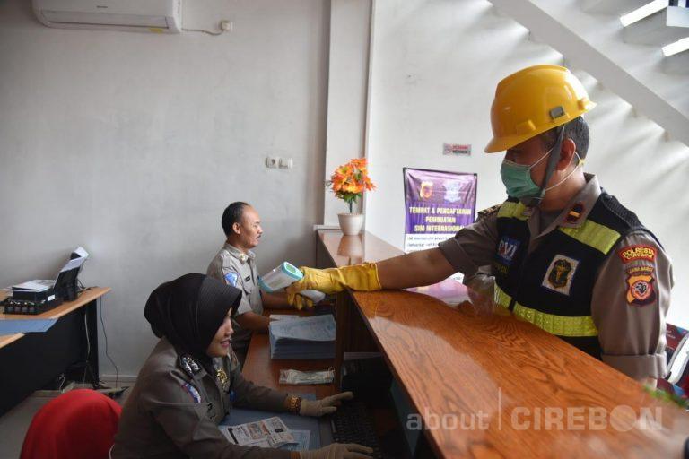 Polresta Cirebon Lakukan Pengecekan Suhu Tubuh dan Penyemprotan Cairan Desinfektan