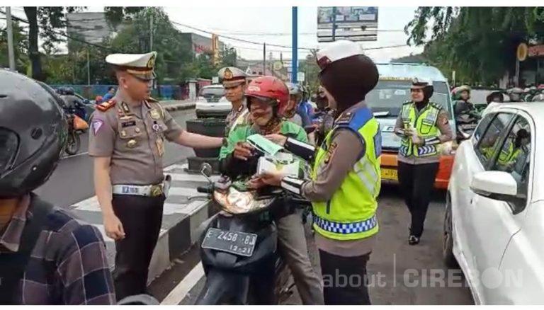 Antisipasi Virus Corona, Satlantas Polres Cirebon Kota Bagikan Masker dan Hand Sanitizer Gratis
