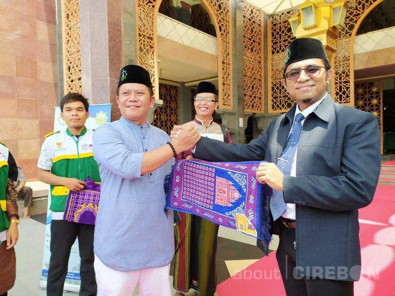 Cegah Penyebaran Covid-19, Baznas Kota Cirebon Tebar Ratusan Sajadah