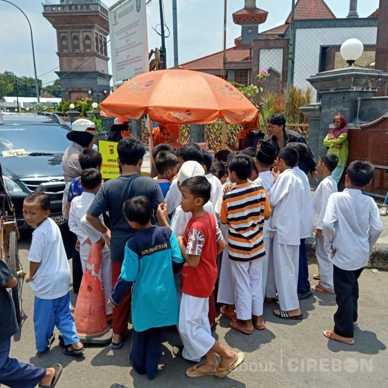 Jumat Berkah, Satlantas Polres Cirebon Kota Bagikan Makanan dan Minuman Gratis