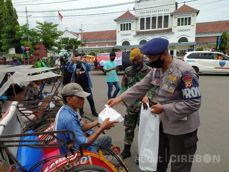 Brimob Polda Jabar dan TNI Bagikan Ratusan Makan Gratis di Stasiun Cirebon