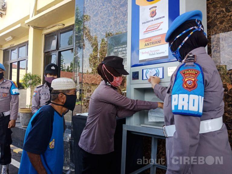 Gunakan ATM Beras, Polresta Cirebon Bantu Pekerja Informal Yang Terdampak Covid-19