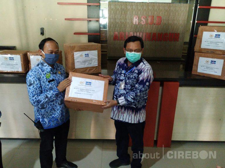 Anggota DPR RI dari Fraksi Partai Demokrat Serahkan Bantuan APD Untuk RS di Cirebon dan Indramayu