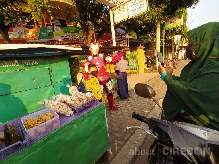 Robot Iron Man di Cirebon Menjual Aneka Takjil, Pembeli Berswafoto