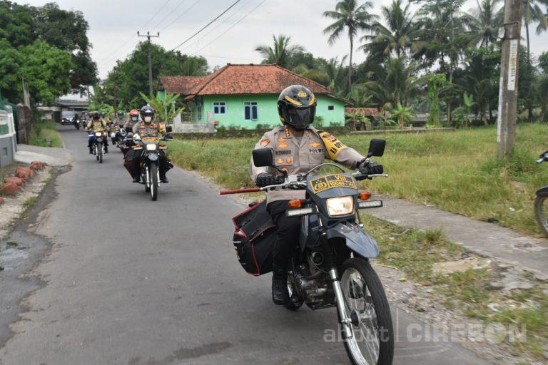 Gunakan Sepeda Motor, Kapolresta Cirebon Salurkan Bantuan Untuk Warga Desa Cipanas