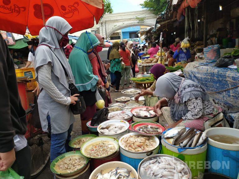 Petugas Pasar Kanoman Larang Masuk Warga yang Tidak Menggunakan Masker