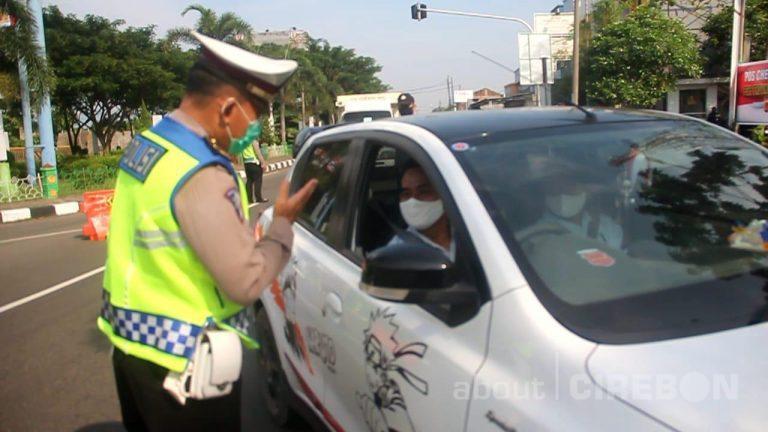 Hari Pertama PSBB, Petugas Gabungan di Kabupaten Cirebon Lakukan Pemeriksaan Kendaraan