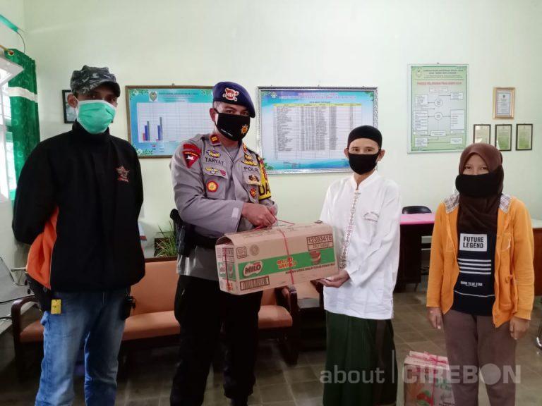 Gandeng Komunitas Motor, Brimob Polda Jabar Bagikan Ratusan Paket Takjil dan Masker