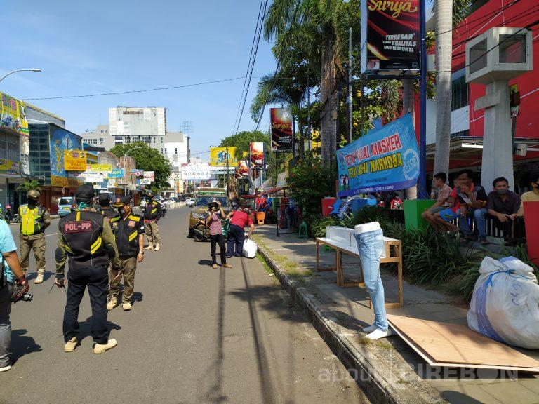 Butuh Penghasilan Saat PSBB,  Penjual Pakaian Nekad Berjualan di Trotoar