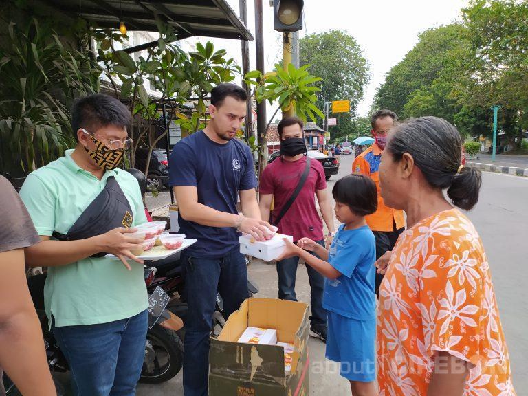 Kedai Kopi Keraton Cirebon Bagikan Nasi Kotak dan Takjil