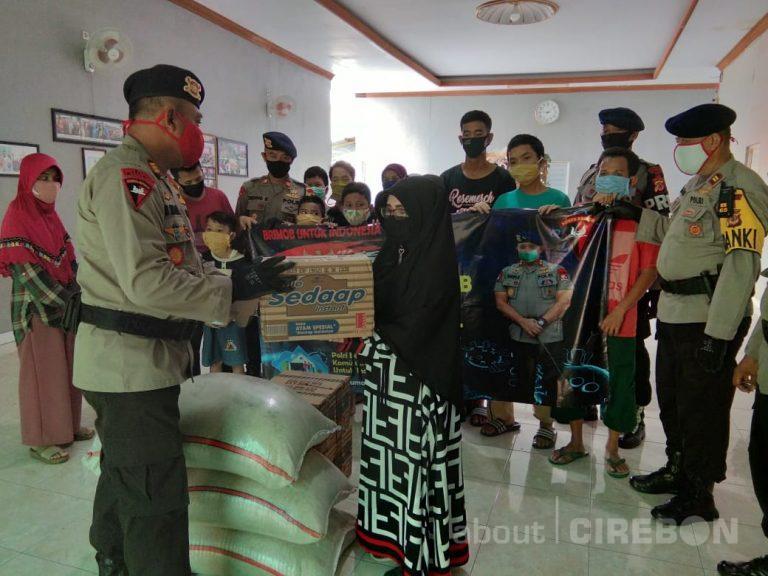 Batalyon C Pelopor Satbrimob Polda Jabar Beri Bantuan Sembako ke Panti Asuhan dan Warga