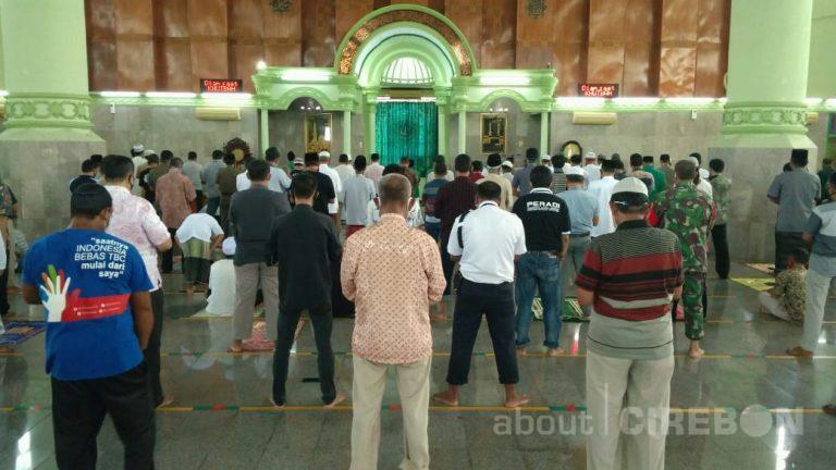 Selenggarakan Salat Jumat, Masjid Agung Sumber Terapkan Protokol Kesehatan