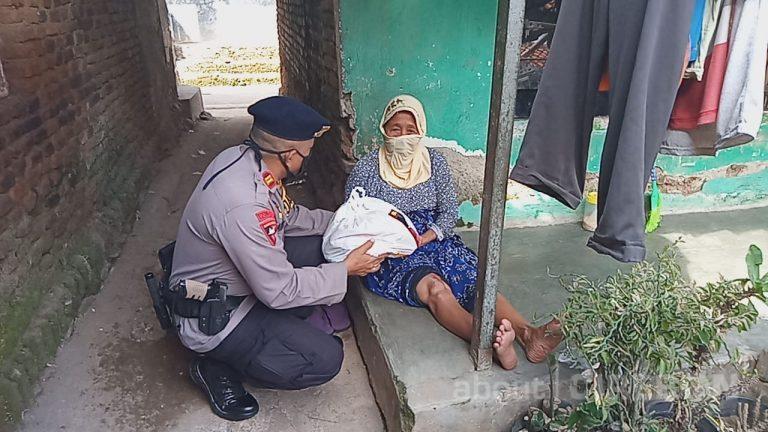 Bagikan Secara Door to Door, Satbrimob Polda Jabar Kembali Salurkan Paket Sembako