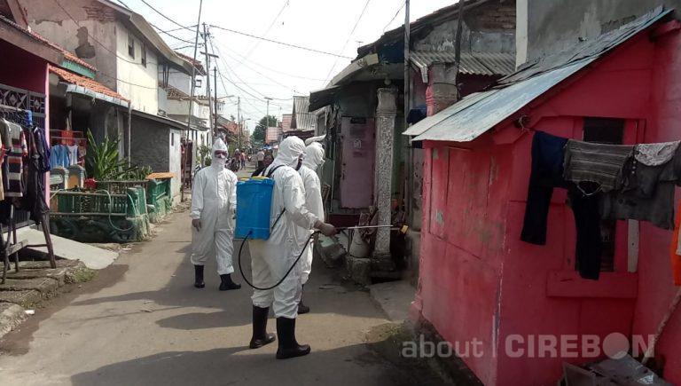 Batalyon C Satbrimob Polda Jabar Lakukan Penyemprotan di Kelurahan Panjunan