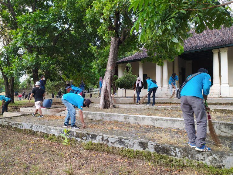 Aksi Bersih-bersih Goa Sunyaragi Menuju Adat Kebiasaan Baru