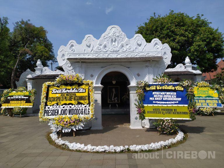 Keraton Kasepuhan Cirebon Dipenuhi Karangan Bunga Ucapan Duka Cita