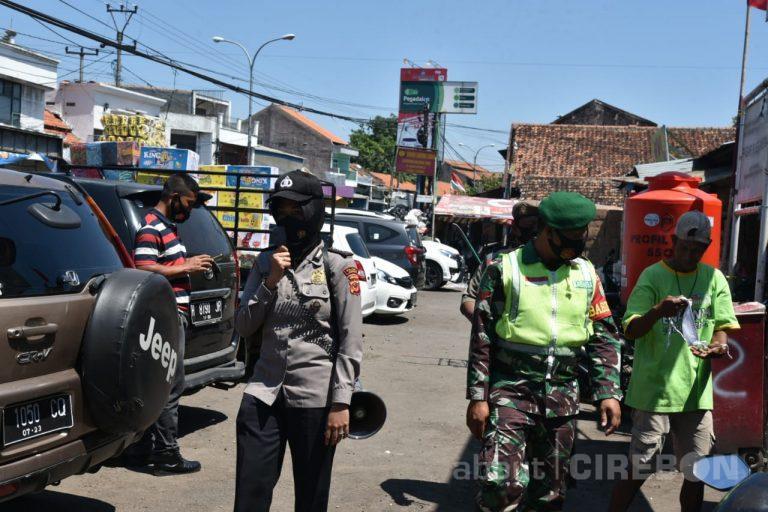 Petugas Gabungan Gelar Patroli Terpadu, Sampaikan Imbauan 3M dan Bagikan Masker
