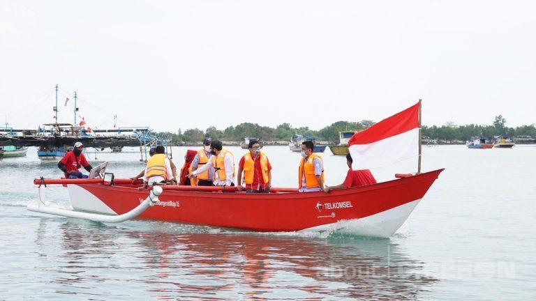 Bersama KKP, Telkomsel Serahkan Bantuan 10 Kapal Penangkap Ikan