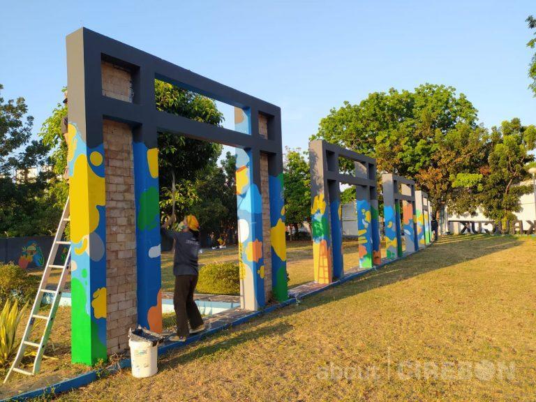 Lukisan Mural Mempercantik Wajah Baru Taman Krucuk Cirebon