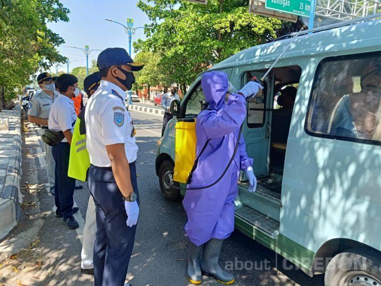 Angkot di Kota Cirebon Disemprot Cairan Disinfektan