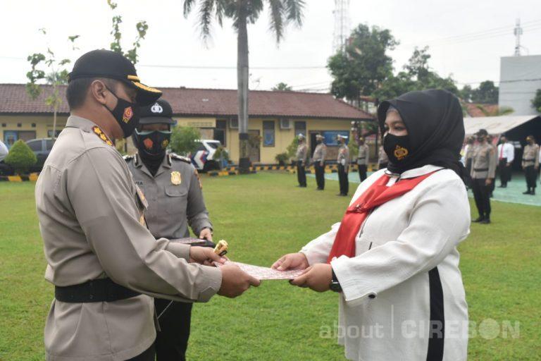 10 Personel Satreskrim Polresta Cirebon Terima Penghargaan