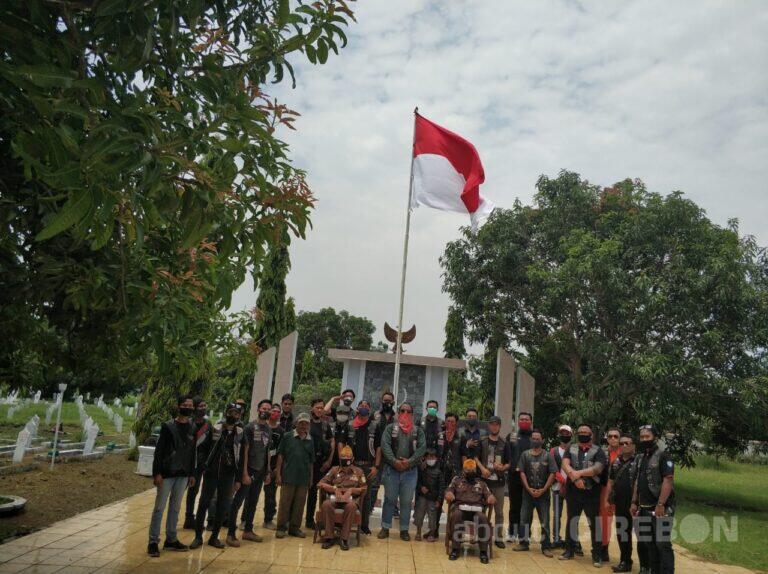 Ikatan Tiger Cirebon Bakti Sosial Membersihkan Taman Makam Pahlawan