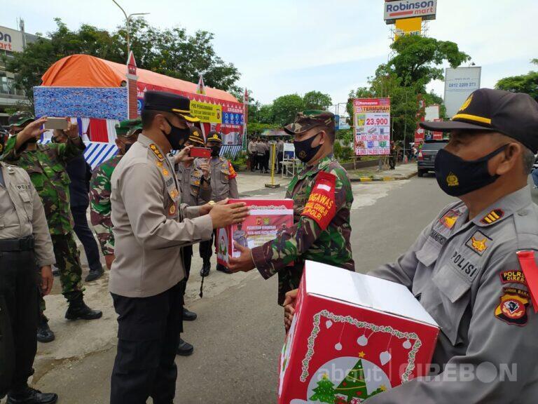 Kapolresta Cirebon dan Dandim 0620 Berikan Bingkisan Natal Kepada Anggota yang Bertugas