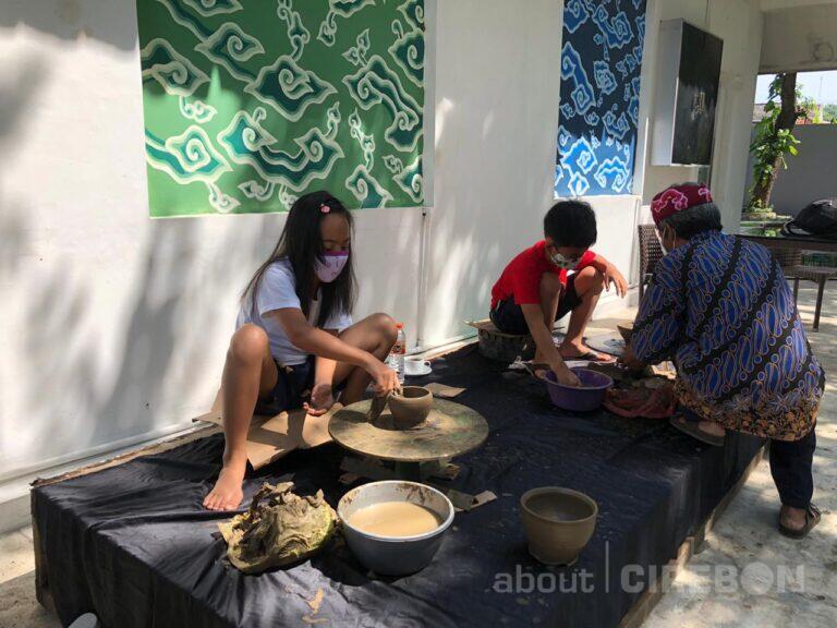 Metland Hotel Cirebon Hadirkan Program Membuat Kerajinan Gerabah untuk Tamu