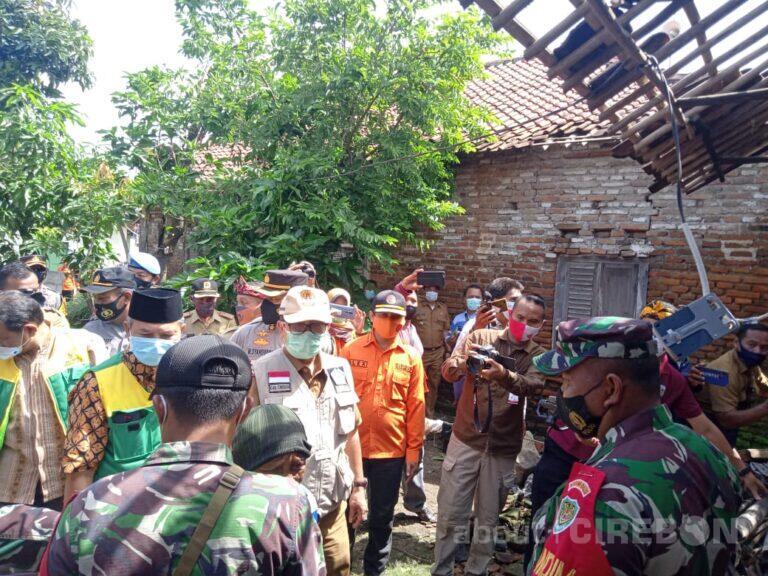 Bupati Cirebon Serahkan Bantuan untuk Korban Angin Puting Beliung