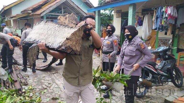 Polresta Cirebon Bantu Bersihkan Sisa Puing Bencana Puting Beliung di Desa Slangit
