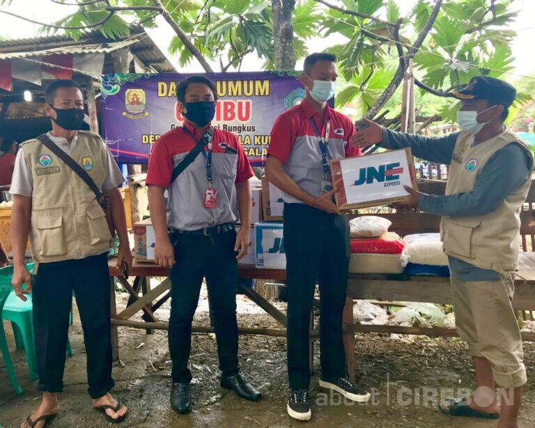 JNE Cabang Cirebon Salurkan Bantuan Untuk Korban Banjir