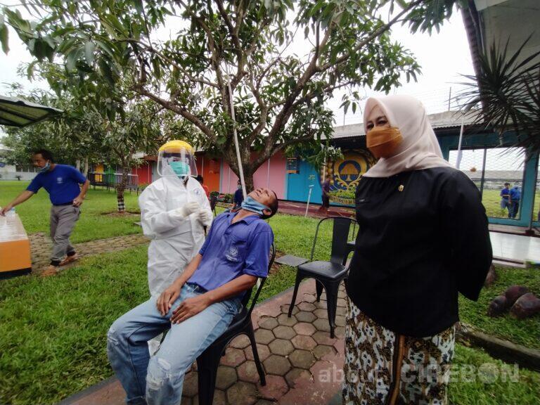 Ratusan Warga Binaan Lapas Narkotika Cirebon Jalani Swab Test