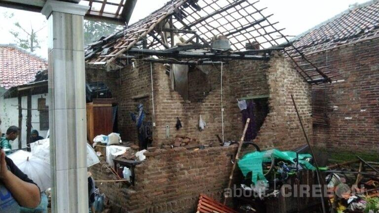 Ratusan Rumah Rusak Akibat Diterjang Angin Puting Beliung di Desa Slangit Cirebon