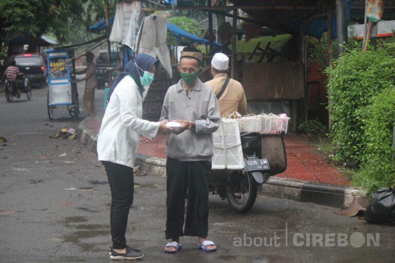 Serikat Pekerja Pegadaian Cirebon Rutin Bagi-bagi Nasi Bungkus Tiap Jumat
