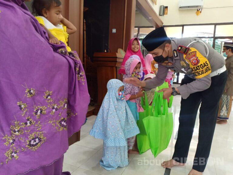 Kasatlantas Polres Ciko Rutin Bagikan Al-Quran Kepada Anak Yatim