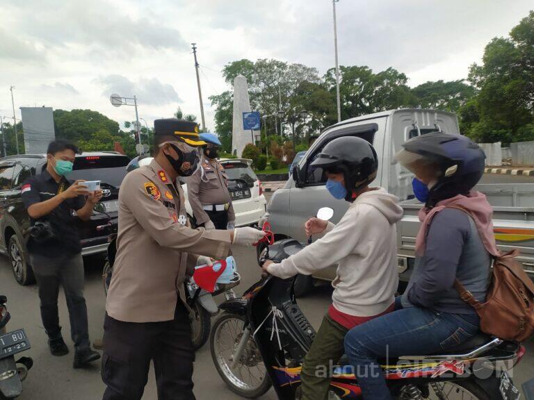 Mendukung PPKM, Kapolres Cirebon Kota Bagi-bagi Masker Gratis Kepada Pengendara