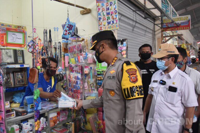 Gelorakan Cirebon Bermasker, Kapolresta Cirebon dan Bupati Bagikan Masker di Pasar Sumber
