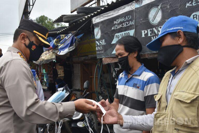 Ajak Disiplin Prokes, Kapolresta Cirebon Bagikan 1500 Masker di Pasar Losari